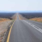 En route vers le nord de la Namibie à travers les paysages du désert du Kalahari (c) Laurent Bruxelles
