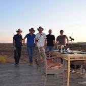 Pose dans le parc d'Etosha. De gauche à droite : Laurent Bruxelles, José Braga, XX, Dominic Stratford et XXX (c) Laurent Bruxelles