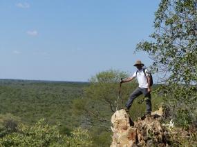 Namibie, Aha Hills, prospection dans la colline du Léopard. Au loin la colline du Moustique (c) M. Jarry