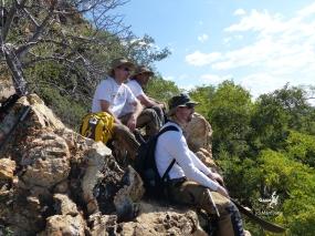 Namibie, Aha Hills, prospection dans la colline du Léopard. L'équipe évalue la distance à pied pour aller à la colline du Moustique (c) M. Jarry