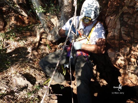Botwana, Waxhu South sinkhole, préparation à la descente (c) M. Jarry