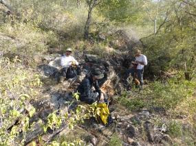 Namibie, Aha Hills, prospection dans la colline du Porc Epic, petit départ de cavité ? (c) M. Jarry