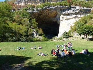 Les enfants à la pause devant la grotte du Mas d'Azil (c)GAAMA