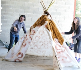 Sébastien et Aurélie : mise en place de l'habitat préhistorique (c)AJCA