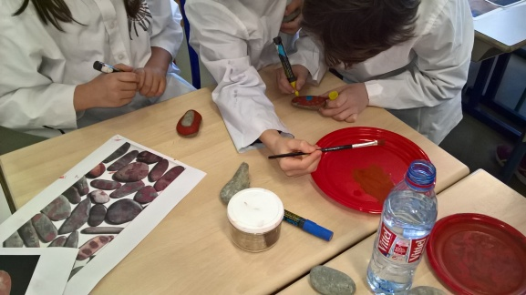 Des galets peints aziliens modernes (c) GAAMA