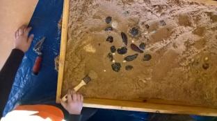 Fouille d'une zone de galets peints et perles (c) GAAMA