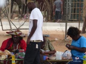 Namibie, pause pour faire le plein des réservoirs, un petit marché (c) M. Jarry.
