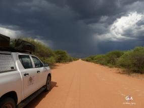 Namibie, la piste, rectiligne à perte de vue. Les orages de la saison des pluies (c) M. Jarry.