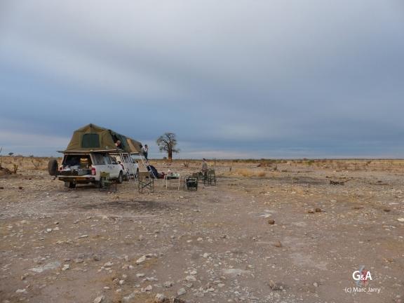 Namibie, pan des éléphants, les premiers levés préparent le petit déjeuner dans une ambiance irréelle (c) M. Jarry.