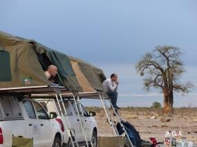 Namibie, pan des éléphants, réveillés par l'odeur du café (c) M. Jarry.