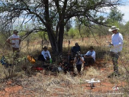 Botswana, vers le gouffre de Waxhu North, le drone part devant nous pour vérifier la présence ou non des lions (cf. mission d'avril 2016) (c) L. Bruxelles.