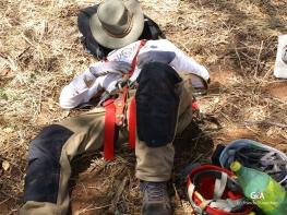 Botswana, gouffre de Waxhu North. Pendant que Laurent et Marc travaillent à l'équipement de la descente, Grégory fait une petite sieste à l'ombre (c) F. Duranthon.