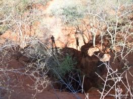 Botswana, le gouffre de Waxhu North. Plus de 70 mètres presque verticaux, au fond d'un entonnoir de sable rouge (c) L. Bruxelles.