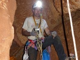 Botswana, gouffre de Waxhu North. Laurent à l'abri des chutes de pierres (c) M. Jarry.
