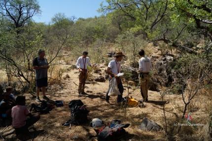Préparation pour la descente dans Nosib Cave (c) F. Duranthon