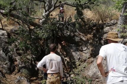 Préparation pour la descente dans Nosib Cave (c) M. Jarry