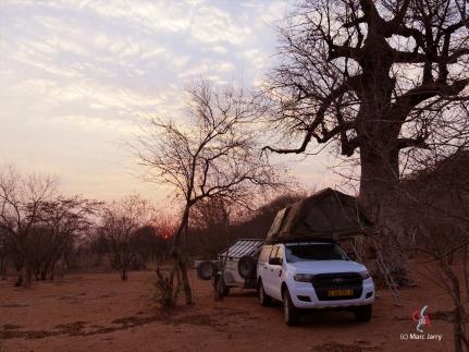Petit matin dans les Aha Hills. Première nuit au camp du Baobad au pied de la colline du Léopard (c) M. Jarry