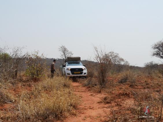 Cheminement prudent hors piste pour se rapprocher du paléokarst (c) M. Jarry