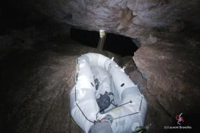 Grotte du Dragon's Breath. Descente du bateau jusqu'au dernier fractionnement (c) Laurent Bruxelles