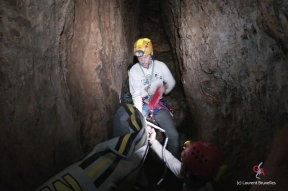 Grotte du Dragon's Breath. Principale difficulté : acheminer le bateau dans les étroites galeries (c) Laurent Bruxelles